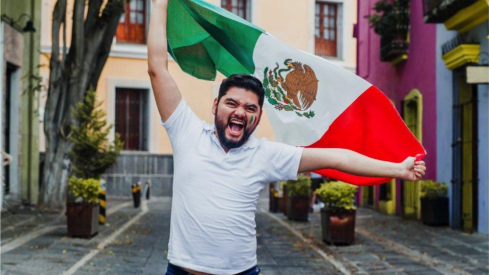 Mexicano sosteniendo su bandera
