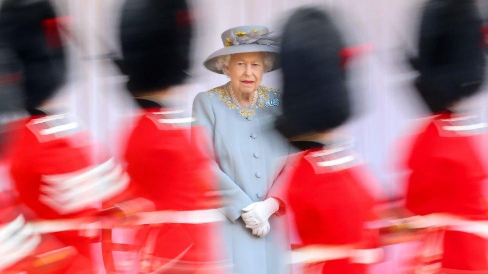 Официальный день рождения Елизаветы II: мини-парад и награды за вакцинацию