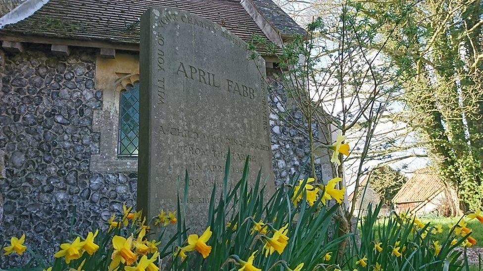 Lápida en memoria de April Fabb