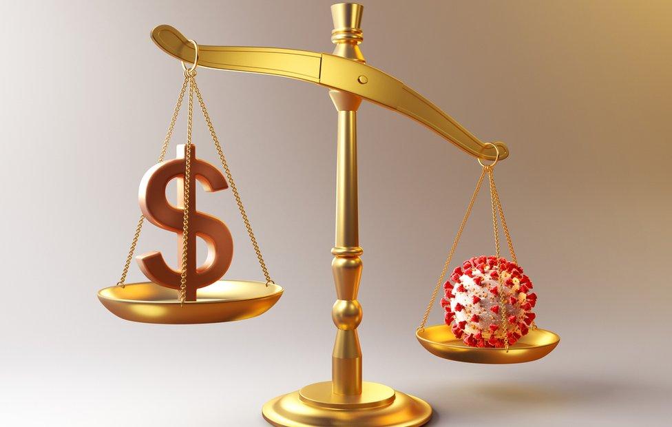 Balanza con el signo pesos