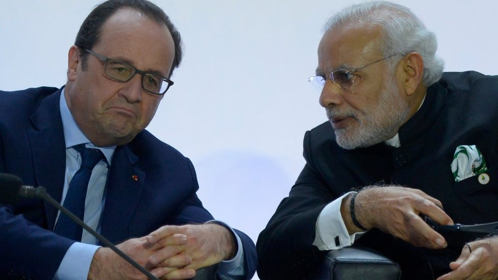 French President Francois Hollande (L) speaks with Indian Prime Minister Narendra Modi (R) during the COP21 World Climate Change Conference in Le Bourget, north of Paris, on November 30, 2015.