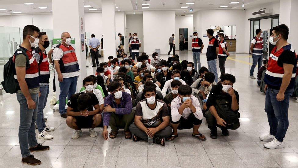 Sınırdışı edilerek uçakla Afganistan'a geri gönderilen bir grup düzensiz göçmen