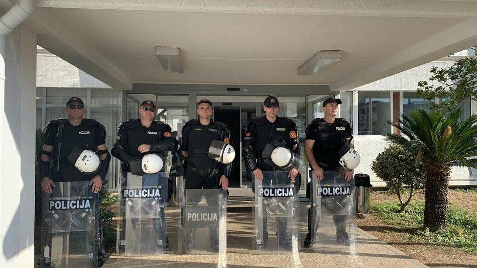 Policija pred Opštinom Budva