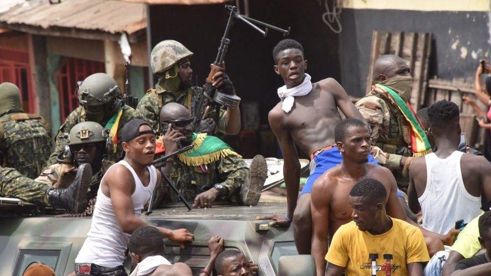 شباب يحتفلون بإطاحة الجيش بالرئيس الغيني