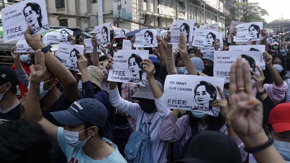 Eylemciler, ordunun gözaltına aldığı Aung San Suu Kyi'nin serbest bırakılmasını talep etti.