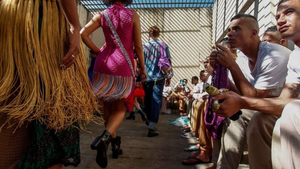 عارضات أزياء تشاركن في عرض ملابس صممها نزلاء سجن برازيلي.