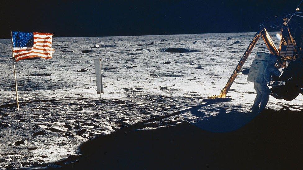 Američka zastava na površini Meseca