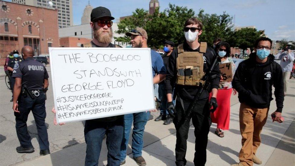 """Algunos seguidores del movimiento antigubernamental """"Boogaloo"""" fueron vistos apoyando una manifestación del movimiento Black Lives Matter en Detroit."""
