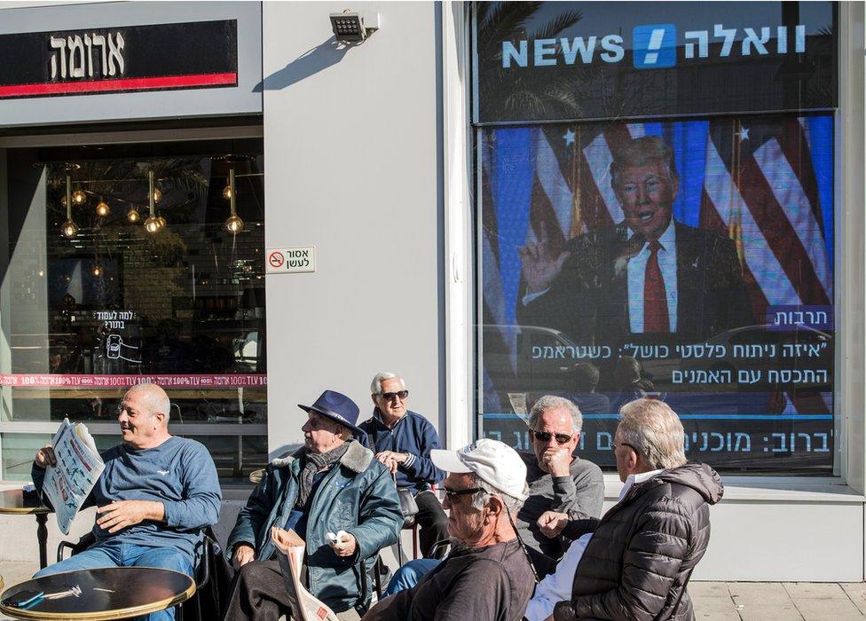 إسرائيليون يجلسون في مقهى