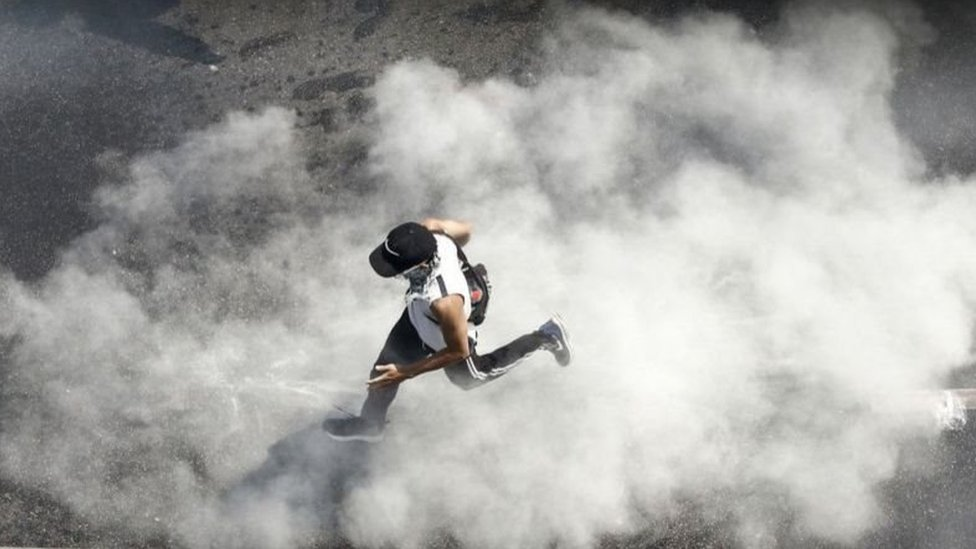 Demonstran di Myanmar terus melanjutkan protes walaupun aparat menggunakan peluru tajam.