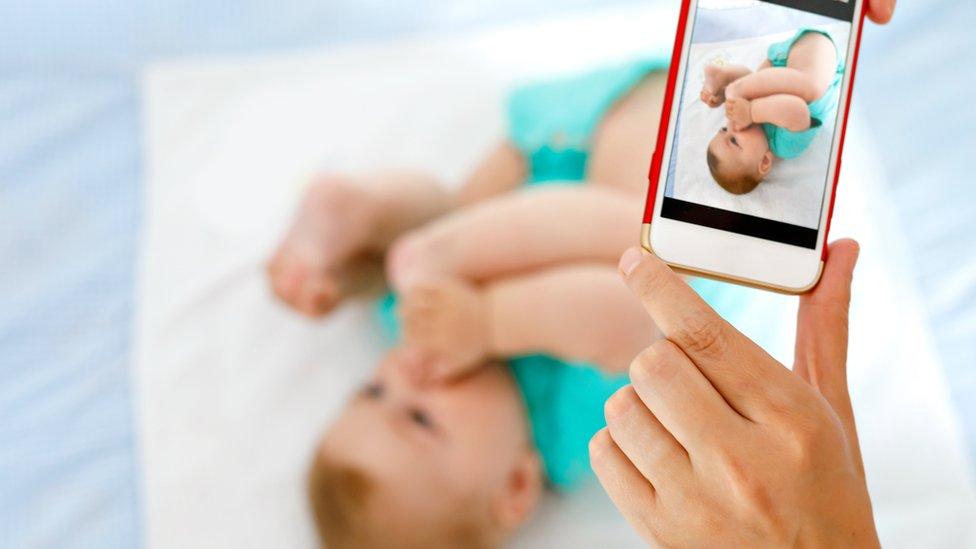 tomando foto de bebé con el móvil
