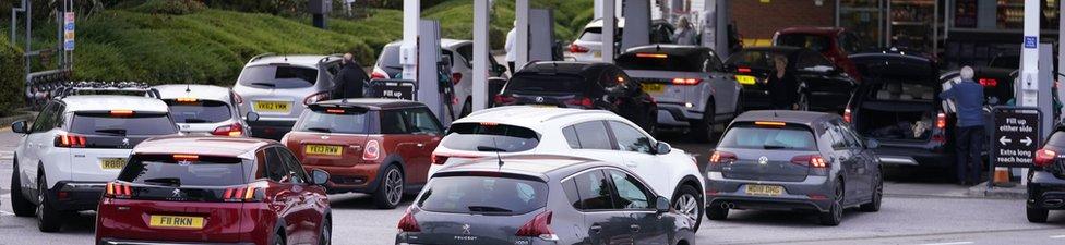 طابور سيارات على محطة وقود في ليدز