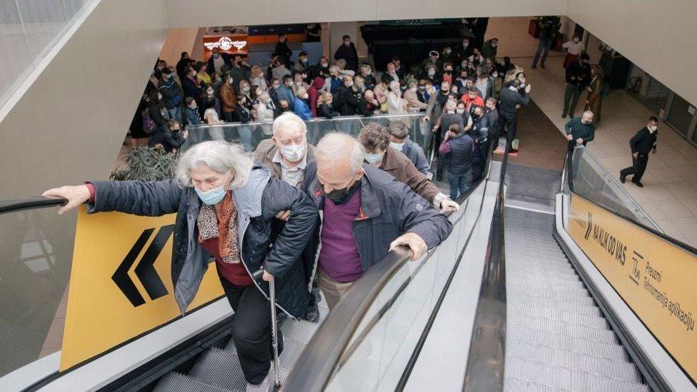 塞爾維亞貝爾格萊德某購物中心內群眾在電扶梯上排隊等候接種疫苗(6/5/2021)