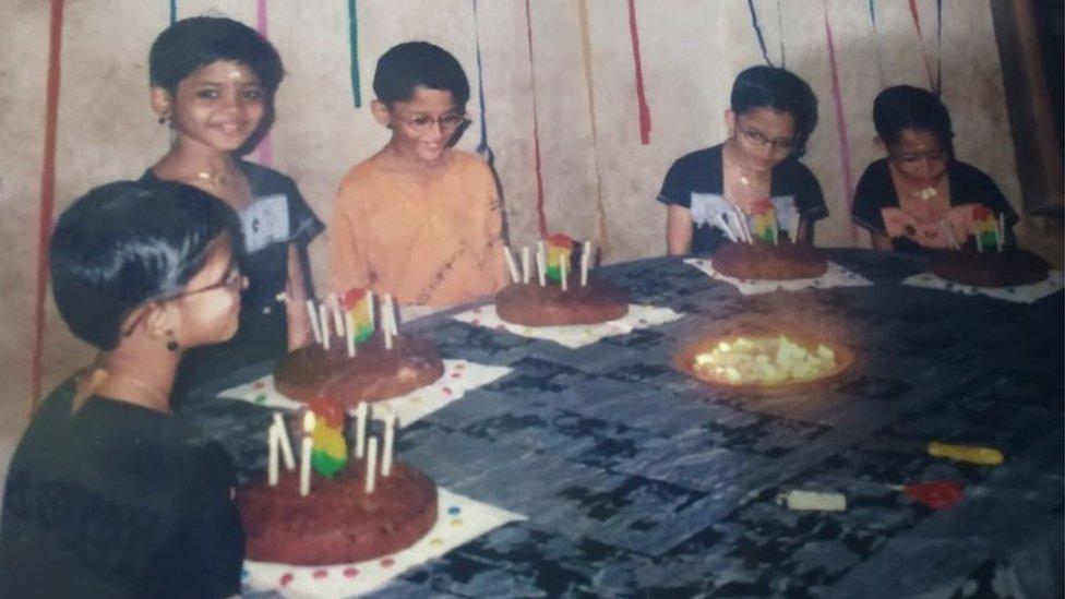 kembar lima memotong kue yang berbeda, india, perempuan, nikah