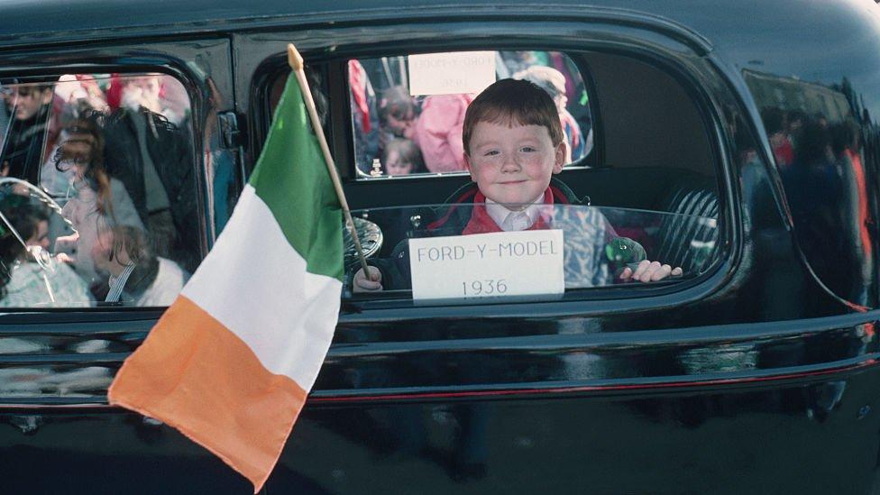 Niño con bandera de Irlanda.