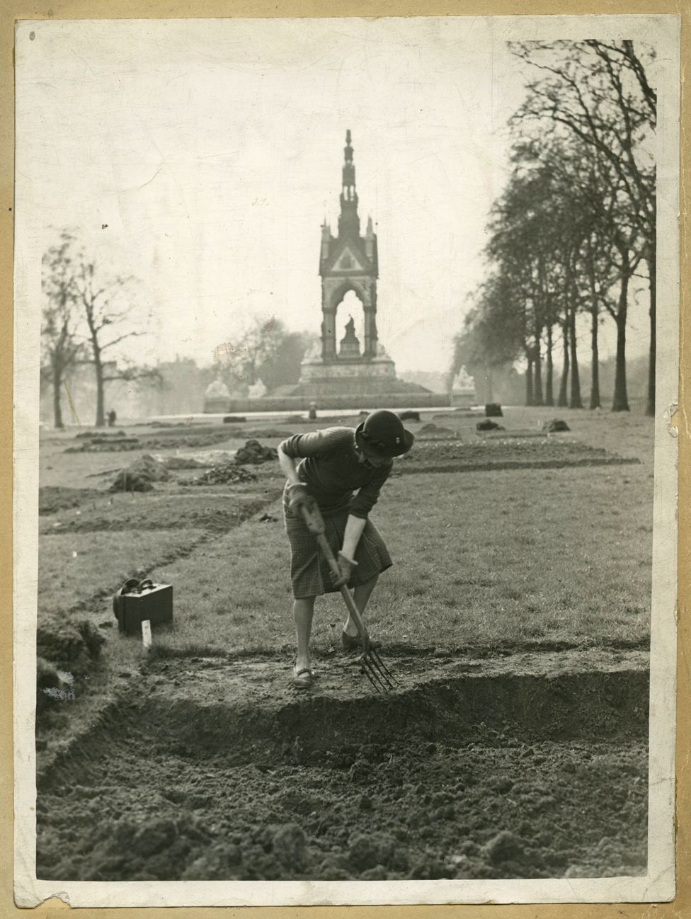 Izabel Bič kopa parcelu, a u pozadini je Albert memorijal u bašti Kensington u zapadnom Londonu