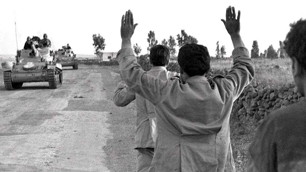 İsrail, 1967'de Golan Tepeleri'ndeki bazı Suriyeli askerleri esir alırken