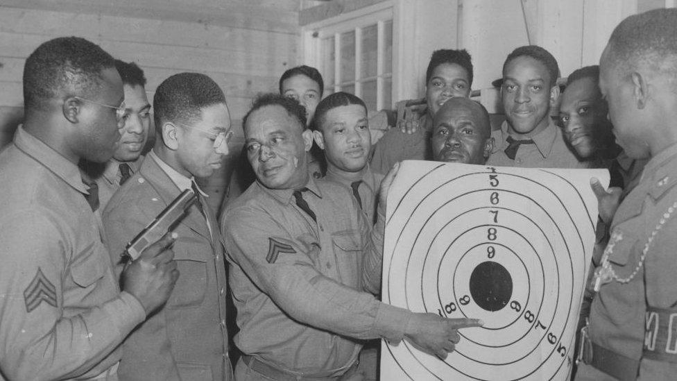 Instruktor pokazuje vojnicima metu, Merilend, 1941.