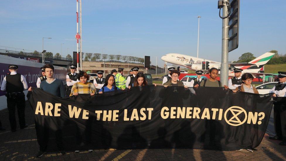 """Heathrow Havalimanı'na giden Yokoluş İsyanı eylemcileri ellerinde """"Son jenerasyon muyuz?"""" yazılı pankartlar taşıdı."""