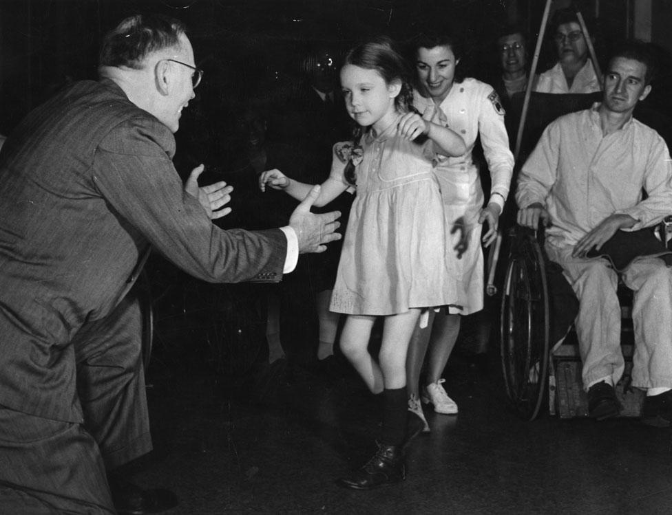 Una pequeña víctima de polio en un centro de rehabilitación en 1947.