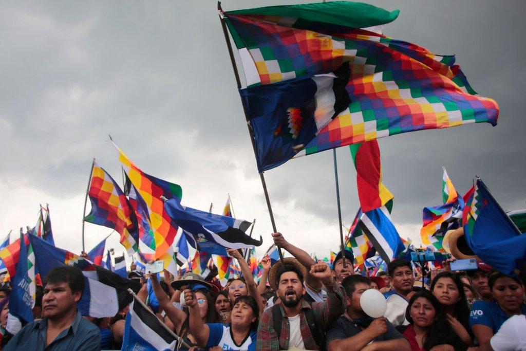 Bolivianos con la bandera indígena