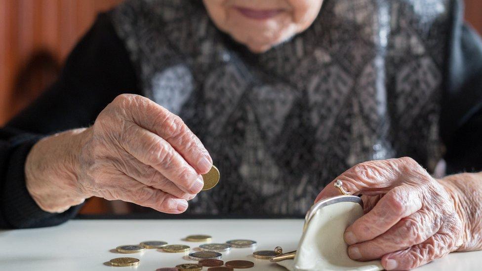 Anciana contando dinero