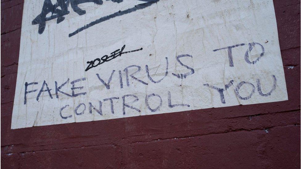 Virüsün sahte olduğuna dair iddialar sadece sosyal medyada değil, kentlerin duvarlarında da yayılıyor