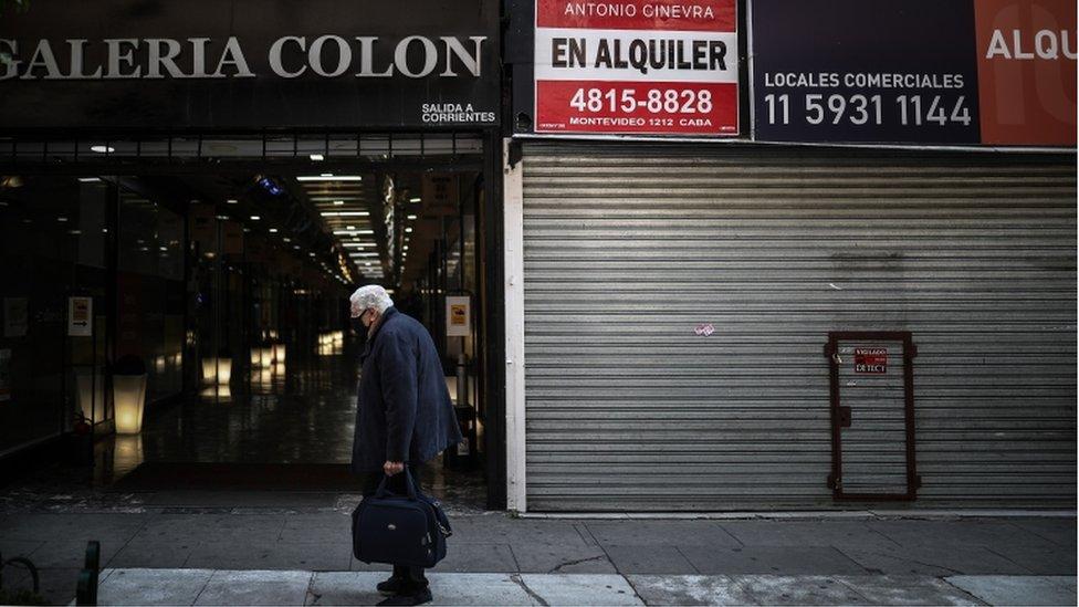 Un hombre, en una calle vacía de Buenos Aires.