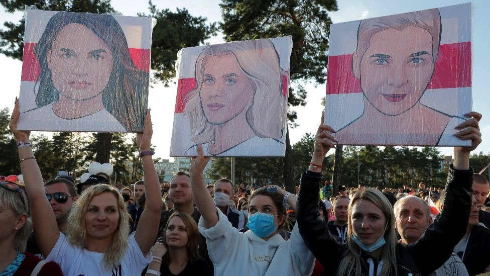 2020年7月4日,競選集會中,選民高舉其他候選人的畫像