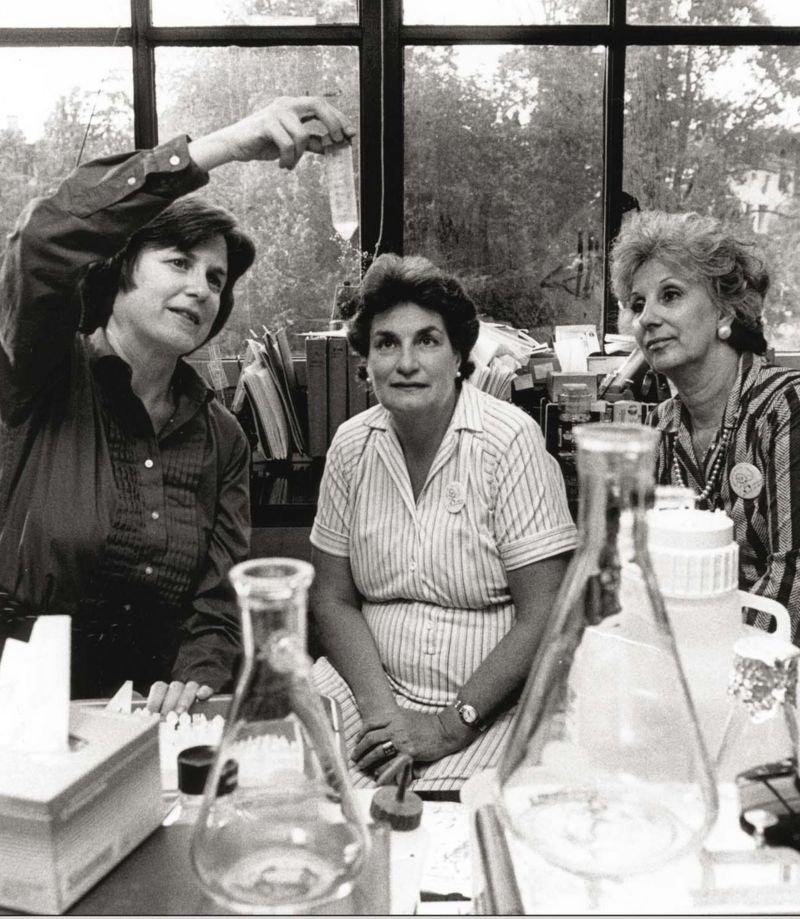 Mary-Claire King junto a dos integrantes de las Abuelas de Plaza de Mayo, Nélida Navajas y Estela de Carlotto