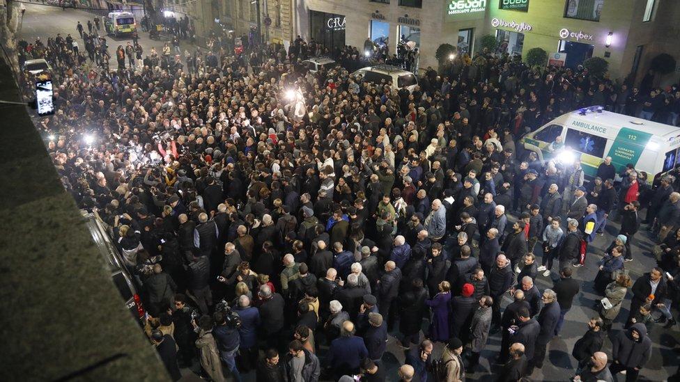 احتشد المحتجون أمام صالة السينما في تبليسي