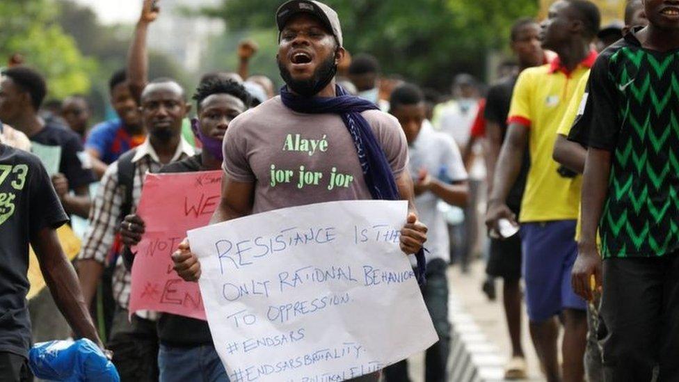 الرئاسة النيجيرية أمرت بحل وحدة سارس بعد تزايد الاحتجاجات الشعبية ضد وحشية الشرطة