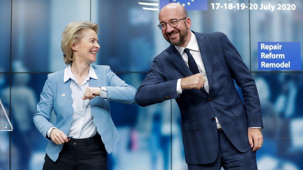 رئيس المجلس الأوروبي شارل ميشيل ورئيسة المفوضية الأوروبية أورسولا فون در ليون عقب انتهاء القمة