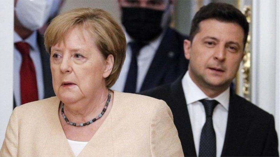 المستشارة الألمانية أنغيلا ميركل والرئيس الأوكراني