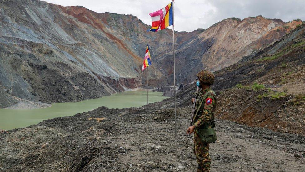 Mjanmarski vojnik u blizini rudnika