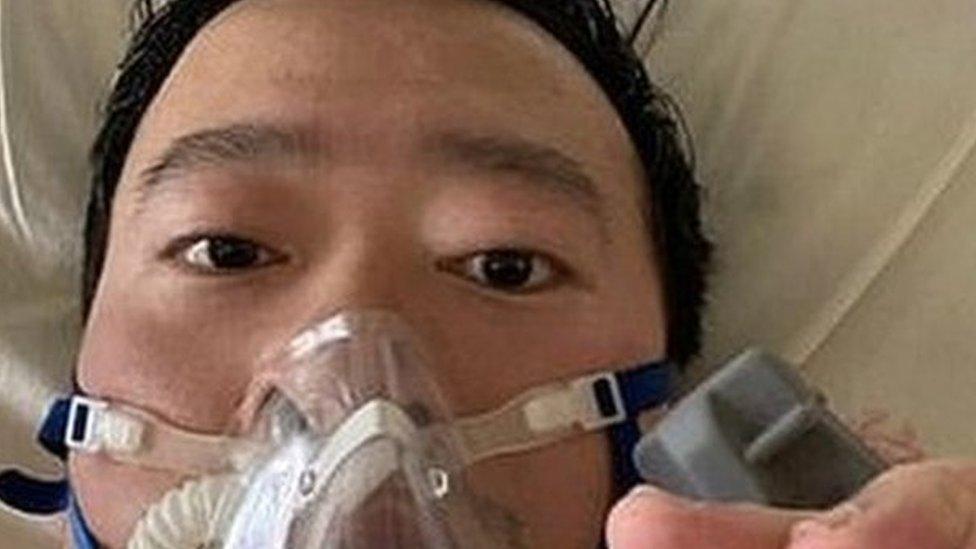Doctor Li Wenliang en la cama de un hospital.