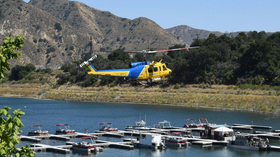 Helicóptero en el lago Piru, buscando a la actriz de Glee.