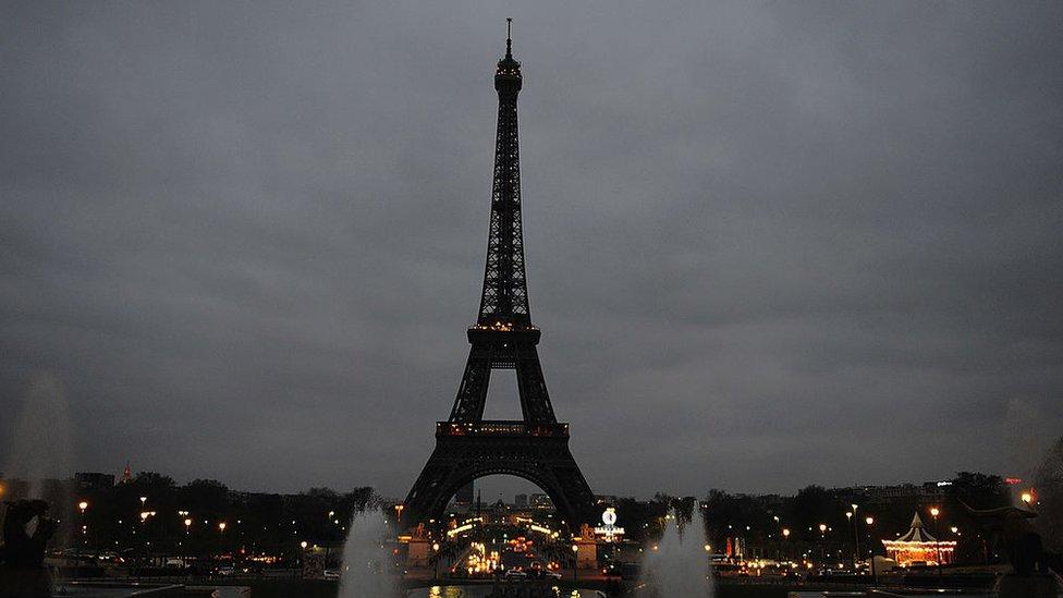 La Torre Eiffel sin luces en el marco de la Hora del Planeta en 2012.