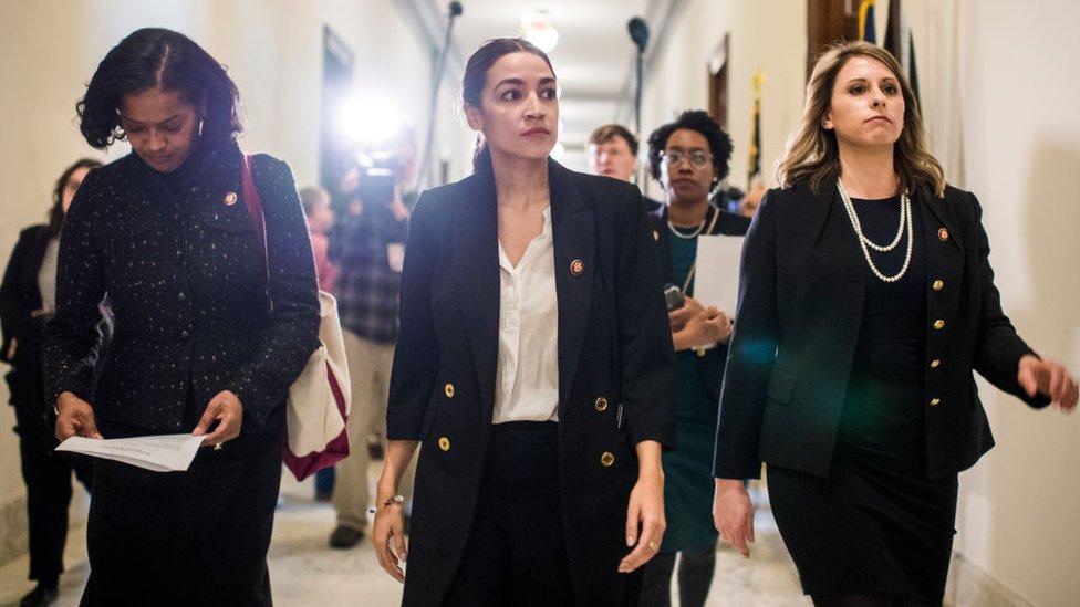 Katie Hill (derecha) fue elegida al Congreso en 2018.