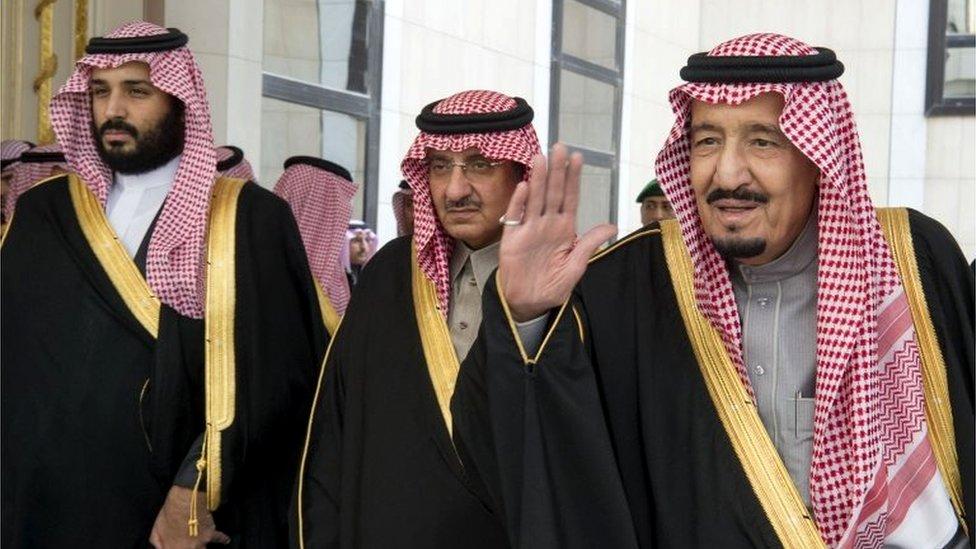 Mohammed Bin Nayef (tengah), Mohammed Bin Salman (kiri) dan Raja Salman (kanan).