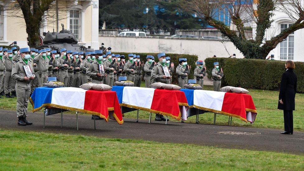 La ministre française de la Défense, Florence Parly, rend hommage à trois soldats tués au Mali lors d'une cérémonie en France, le 5 janvier 2021