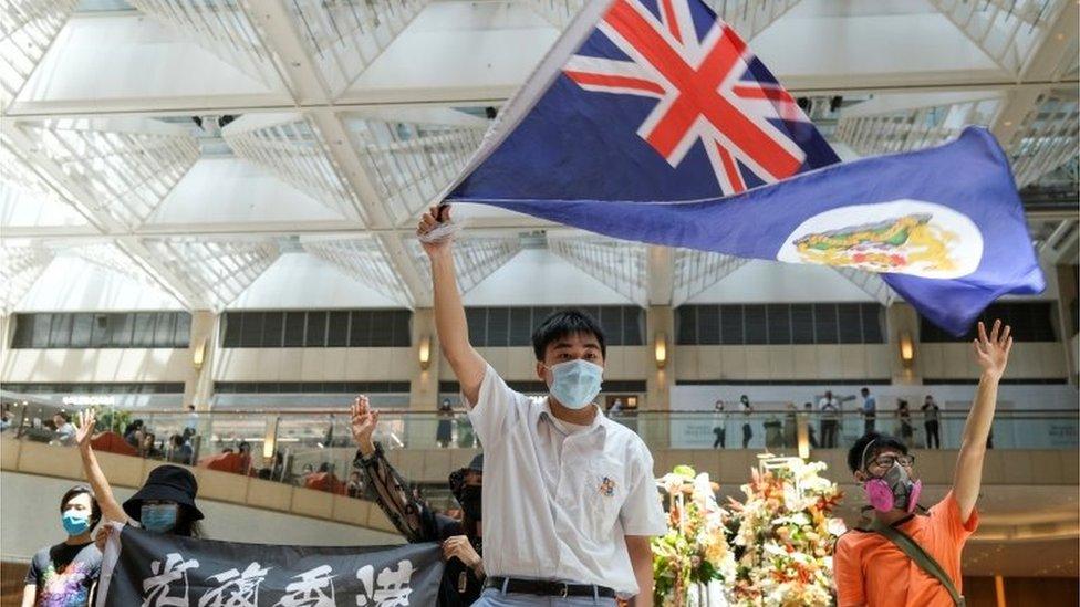 香港反修例示威現場一名示威者舉起港英時代旗幟(1/6/2020)