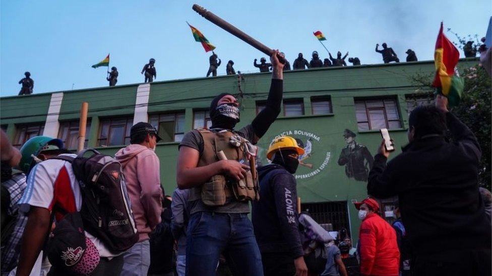 Manifestantes frente al cuartel de policía de Cochabamba