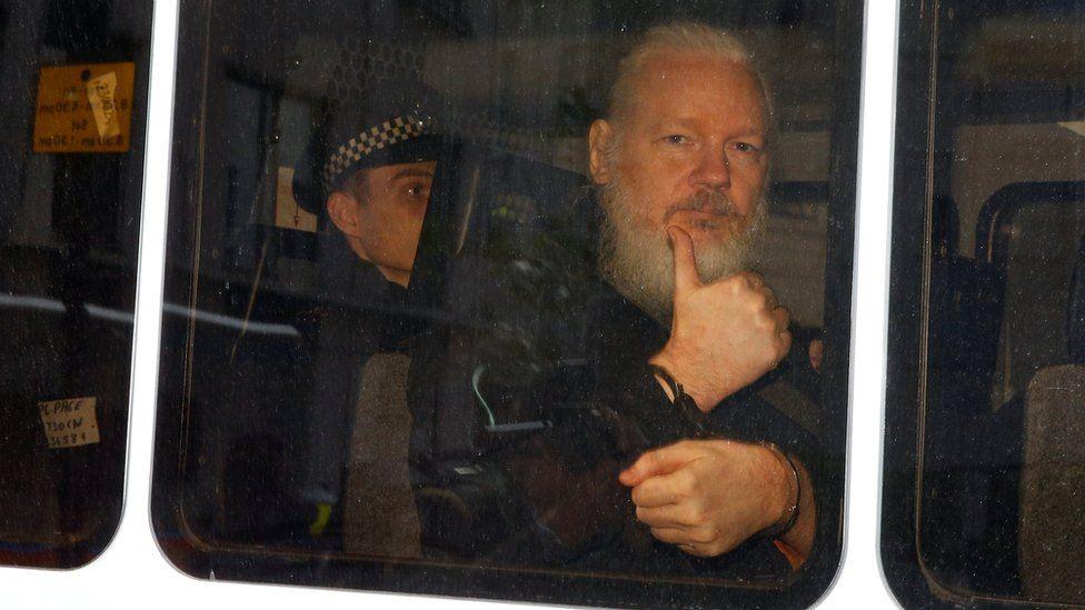 Assange en el momento de la detención en Londres el pasado mes de abril