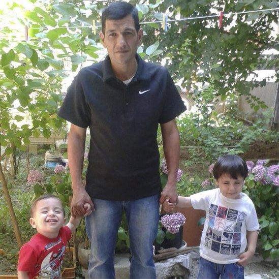 Foto sin fecha de Abdullah con sus hijos Alan y Galip