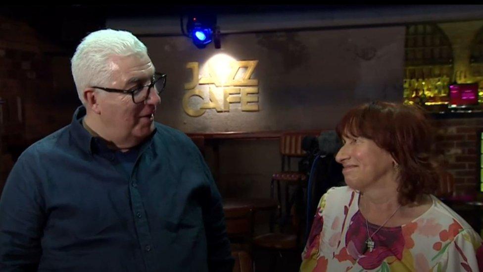 Mitch y Janis, los padres de Amy Winehouse, hablaron con la BBC en el Jazz Café de Camden, Londres, escenario donde se presentó la cantante.