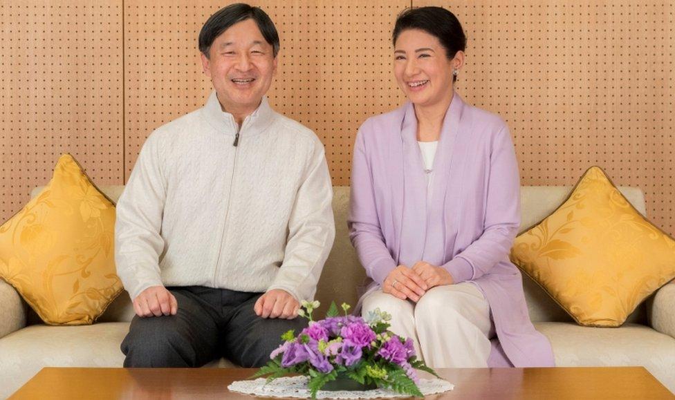 El príncipe heredero japonés Naruhito y la princesa heredera Masako sonríen en su residencia, el Palacio Togu, en Tokio