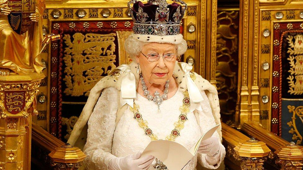 kraljica na tronu u domu lordova