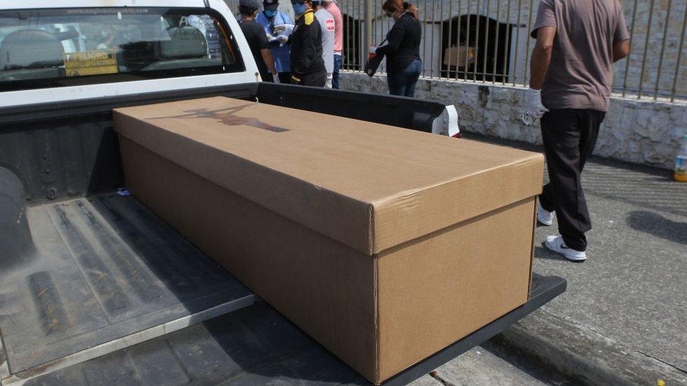 Ataúd de cartón en Guayaquil.