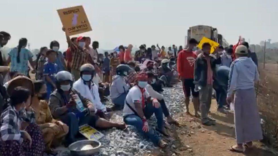 محتجون يجلسون على سكة الحديد لتعطيل خدمة القطارات
